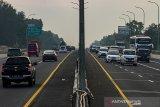 Sejumlah kendaraan melaju di tol Jakarta - Cikampek menuju Gerbang Tol Cikampek Utama di Karawang, Jawa Barat, Kamis (23/4/2020). Direktorat Lalu Lintas Polda Metro Jaya mencatat kenaikan volume arus kendaraan keluar dari Jakarta melalui Pintu Tol Cikampek Utama sebanyak 7.044 kendaraan atau 27 persen jelang pemberlakuan kebijakan larangan mudik mulai Jumat 24 April pukul 00.01 WIB. ANTARA JABAR/M Ibnu Chazar/agr