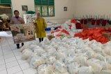 IKA Smansa bagikan paket sembako jelang PSBB Makassar