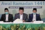 Menteri Agama Fahrur Rozi (tengah), Wakil Menteri Agama Zainut Tauhid (kiri), dan Dirjen Bimas Islam Kamaruddin Amin (kanan) menyampaikan hasil Sidang Isbat penentuan awal Ramadhan 1441 Hijriah dari Kantor Kementerian Agama, Jakarta, Kamis (23/4/2020). Pemerintah mengumumkan 1 Ramadhan 1441 Hijriah jatuh pada hari Jumat, 24 April 2020. ANTARA FOTO/Humas Kemenag-Romadanyl/nym.