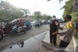 Wali Kota Banjarmasin Ibnu Sina (dua kanan) meninjau pelaksanaan hari pertama Pembatasan Sosial Berskala Besar (PSBB) di perbatasan Kota Banjarmasin, Kalimantan Selatan, Jumat (24/4/2020). Pemerintah Kota Banjarmasin resmi menerapkan PSBB dalam rangka percepatan penangan COVID-19 selama 14 hari dimulai pada 24 April hingga 7 Mei 2020. Foto Antaranews Kalsel/Bayu Pratama S.