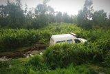 Ambulans bawa pasien COVID-19 terjun ke parit di Kotawaringin Timur