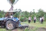 Aparat Polres Mappi dampingi warga olah lahan pertanian dua hektare