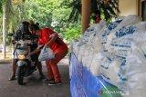 PKL di Mataram menerima bantuan bahan pokok