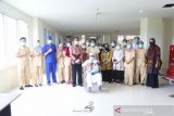 Suasana haru mewarnai pelepasan pasien COVID-19 asal Tanah Bumbu sembuh