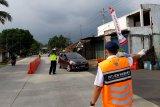 Petugas gabungan periksa penumpang kendaraan masuki Banyumas