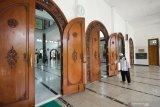 Pengurus masjid menyemprotkan larutan disinfektan di lantai Masjid Rahmat, Surabaya, Jawa Timur, Sabtu (25/4/2020). Masjid yang terletak di Jalan Kembang Kuning tersebut merupakan salah satu masjid tua di Surabaya dan peninggalan Sunan Ampel. Antara Jatim/Didik/Zk