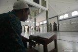 Umat Islam membaca Al Quran di Masjid Rahmat, Surabaya, Jawa Timur, Sabtu (25/4/2020). Masjid yang terletak di Jalan Kembang Kuning tersebut merupakan salah satu masjid tua di Surabaya dan peninggalan Sunan Ampel. Antara Jatim/Didik/Zk