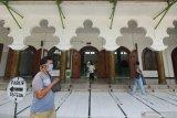 Umat Islam beraktifitas di Masjid Rahmat, Surabaya, Jawa Timur, Sabtu (25/4/2020). Masjid yang terletak di Jalan Kembang Kuning tersebut merupakan salah satu masjid tua di Surabaya dan peninggalan Sunan Ampel. Antara Jatim/Didik/Zk