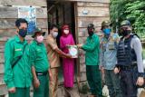 BKSDA Sulawesi Tenggara berbagi sembako pada warga terdampak COVID-19