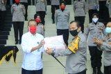 Polda Sumbar latih personel membuat peti mati, polwan menjahit masker hadapi pandemi COVID-19