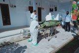 Petugas medis gunakan APD lengkap saat evakuasi korban gantung diri