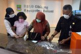 Kakak beradik di Bekasi sumbangkan hasil celengan untuk bantu APD rumah sakit
