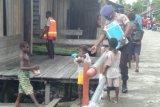 Polres Asmat bagikan nasi bungkus kepada warga di Kampung Syuru