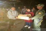 Anggota Fraksi PDI DPRD Kulon Progo membagikan logistik di pos penjagaan