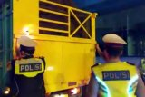 Antisipasi penyelundupan penumpang polisi periksa bagasi kendaraan