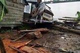 Lima rumah warga di bantaran Sungai Batanghari Jambi rusak parah diseruduk kapal tongkang