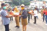 Bupati Sasingen serahkan bantuan sembako bagi buruh Pelabuhan Ulu Siau