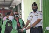 Gojek Mataram memberikan masker ke mitranya perangi COVID-19