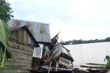 Lima unit rumah warga di bantaran Sungai Batanghari rusak parah ditabrak kapal tongkang