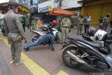 Kemarin, pria ancam anggota polisi hingga akhir PSBB