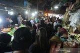 Suasana aktivitas jual beli tanpa menerapkan phsycal distancing atau jarak fisik di Pasar Malam Sayur Amal Belitung, Banjarnasin, Kalimantan Selatan, Rabu (29/4/2020). Kebijakan Pembatasan Sosial Berskala Besar (PSBB) dalam percepatan penanganan COVID-19 tetap memperbolehkan kegiatan yang berkaitan dengan kebutuhan pangan tetap beroperasi namun masih banyak pasar di Kota Banjarmasin belum memerhatikan aspek kesehatan salah satunya phsyical distancing atau jarak fisik. Foto Antaranews Kalsel/Bayu Pratama S.