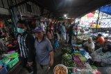 Warga tidak menggunakan masker saat berada di Pasar Malam Sayur Amal Belitung, Banjarmasin, Kalimantan Selatan, Rabu (29/4/2020). Kebijakan Pembatasan Sosial Berskala Besar (PSBB) dalam percepatan penanganan COVID-19 tetap memperbolehkan kegiatan yang berkaitan dengan kebutuhan pangan tetap beroperasi namun masih banyak pasar di Kota Banjarmasin belum memerhatikan aspek kesehatan salah satunya phsyical distancing atau jarak fisik. Foto Antaranews Kalsel/Bayu Pratama S.