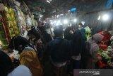 Suasana aktivitas jual beli tanpa menerapkan phsycal distancing atau jarak fisik di Pasar Malam Sayur Amal Belitung, Banjarmasin, Kalimantan Selatan, Rabu (29/4/2020). Kebijakan Pembatasan Sosial Berskala Besar (PSBB) dalam percepatan penanganan COVID-19 tetap memperbolehkan kegiatan yang berkaitan dengan kebutuhan pangan tetap beroperasi namun masih banyak pasar di Kota Banjarmasin belum memerhatikan aspek kesehatan salah satunya phsyical distancing atau jarak fisik. Foto Antaranews Kalsel/Bayu Pratama S.