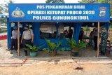Petugas Posko Penyekatan Gunung Kidul halau kendaraan pendatang