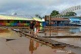 Tongkang dilarang berlayar di Sungai Barito, ada apa?