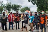 Organisasi pemuda Pangkep bagikan masker dan nasi kotak kepada warga