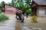 Ratusan pengungsi banjir Poso Sulteng  bertahan di tempat ibadah