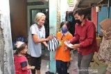 KPU Surakarta berbagi bersama di tengah pandemi COVID-19