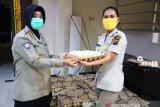 Polda Sumsel bantu ratusan paket telur bagi pekerja harian lepas