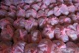 Paket sembako bantuan dari Pemerintah Kota yang akan di bagikan kepada masyarakat di Kantor Kelurahan Kuripan Banjarmasin, Kalimantan Selatan, Jumat (1/5/2020). Ratusan paket bantuan sembako tersebut akan didistribusikan oleh Pemerintah Kota Banjarmasin kepada masyarakat di Kelurahan Kuripan Kecamatan Banjarmasin Timur yang terdampak pandemi COVID-19. Foto Antaranews Kalsel/Bayu Pratama S.