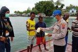 Polres Supiori bagikan masker kepada warga pesisir