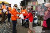 KAI Sumbar bagikan 700 paket Sembako