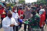 Hari Buruh, TNI-Polri bagikan paket kebutuhan pokok di Semarang