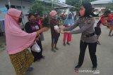 Polisi bagikan makanan berbuka puasa di huntara Tondo