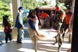Babinsa Teweh Tengah bantu penyaluran bansos terdampak banjir