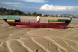 Kapal nelayan hancur lebur tabrak tumpukan pasir, hasil tangkapan pun hilang
