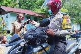 Bhabinkamtibmas Merauke imbau warga Rawa Biru gunakan masker