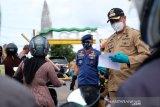 Bupati Gowa terlibat langsung pemeriksaaan identitas pengendara di perbatasan