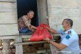 Rutan Raha membagikan sembako pada warga dan keluarga narapidana