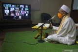 KHATAMAN AL QURAN DARING. Peserta membaca Al Quran saat mengikuti khataman secara daring di Surabaya, Jawa Timur, Jumat (24/4/2020). Khataman Al Quran tersebut merupakan salah satu program Ngabuburit Daring Masjid Al Akbar Surabaya yang bertujuan untuk mengajak masyarakat tetap menjalankan ibadah di bulan Ramadhan 1441 Hijriah dari rumah masing-masing. Antara Jatim/Moch Asim/Zk