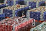 LUMBUNG PANGAN JAWA TIMUR. Pekerja beraktivitas di Lumbung Pangan Jawa Timur di JX International, Surabaya, Jawa Timur, Senin (20/4/2020). Lumbung Pangan Jawa Timur yang menjual kebutuhan pokok dengan harga murah tersebut disediakan oleh Pemerintah Provinsi Jawa Timur untuk membantu meringankan beban ekonomi masyarakat di tengah pendemi COVID-19. Antara Jatim/Moch Asim/zk