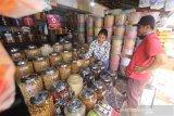 Pedagang kue kering melayani konsumen di kawasan Pasar Sudimampir, Banjarmasin, Kalimantan Selatan, Senin (4/5/2020). Menurut pedagang, omzet menjelang lebaran tahun ini anjlok hingga 50 persen dari tahun sebelumnya dikarenakan pembatasan jam operasional pasar di tengah pandemi COVID-19. Foto Antaranews Kalsel/Bayu Pratama S.