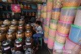 Pedagang menunggu konsumen di kawasan Pasar Sudimampir, Banjarmasin, Kalimantan Selatan, Senin (4/5/2020). Menurut pedagang, omzet menjelang lebaran tahun ini anjlok hingga 50 persen dari tahun sebelumnya dikarenakan pembatasan jam operasional pasar di tengah pandemi COVID-19. Foto Antaranews Kalsel/Bayu Pratama S.