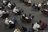 RAPID TEST PELANGGAR PEMBATASAN AKTIFITAS MALAM. Petugas melakukan pemeriksaan cepat COVID-19 (Rapid Test) kepada warga yang terjaring razia pembatasan aktifitas malam hari di Polrestabes Surabaya, Jawa Timur, Minggu (3/5/2020) dini hari. Sebanyak 171 orang di wilayah Surabaya, Gresik dan Sidoarjo menjalani pemeriksaan cepat COVID-19 (Rapid Test) serta pemeriksaan lebih lanjut setelah terjaring razia yang digelar oleh pihak kepolisian tersebut.  Antara Jatim/Didik  Suhartono/zk