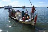 WARGA PULAU SAPUDI. Sejumlah penumpang menaiki perahu penghubung ke darat di Pelabuhan Kalbut, Mangaran, Situbondo, Jawa Timur, Senin (20/4/2020). Penumpang dari Pulau Sapudi, Sumenep mulai datang ke sejumlah pelabuhan di Situbondo untuk membeli kebutuhan sembako menjelang bulan Ramadan dan warga kepulauan tidak menggunakan masker saat beraktivitas di luar rumah di masa pandemi COVID-19. Antara Jatim/Seno/zk