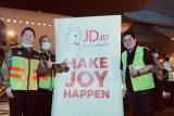 Erick Thohir menerima paket alat kesehatan dari JD.com China